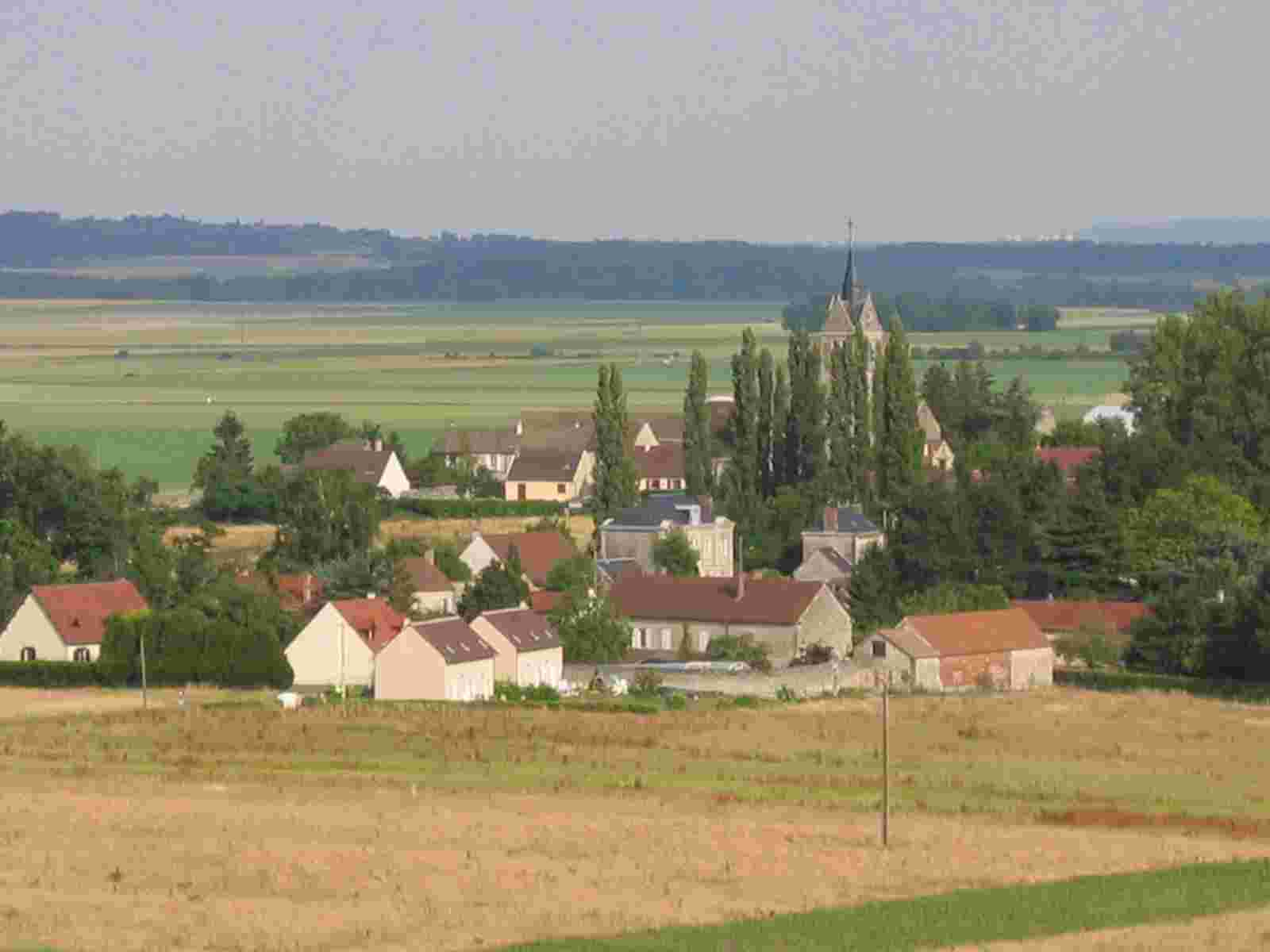 rechts neben dem Kirchturm von Hadancourt erkennt man die Hochhäuser von Paris