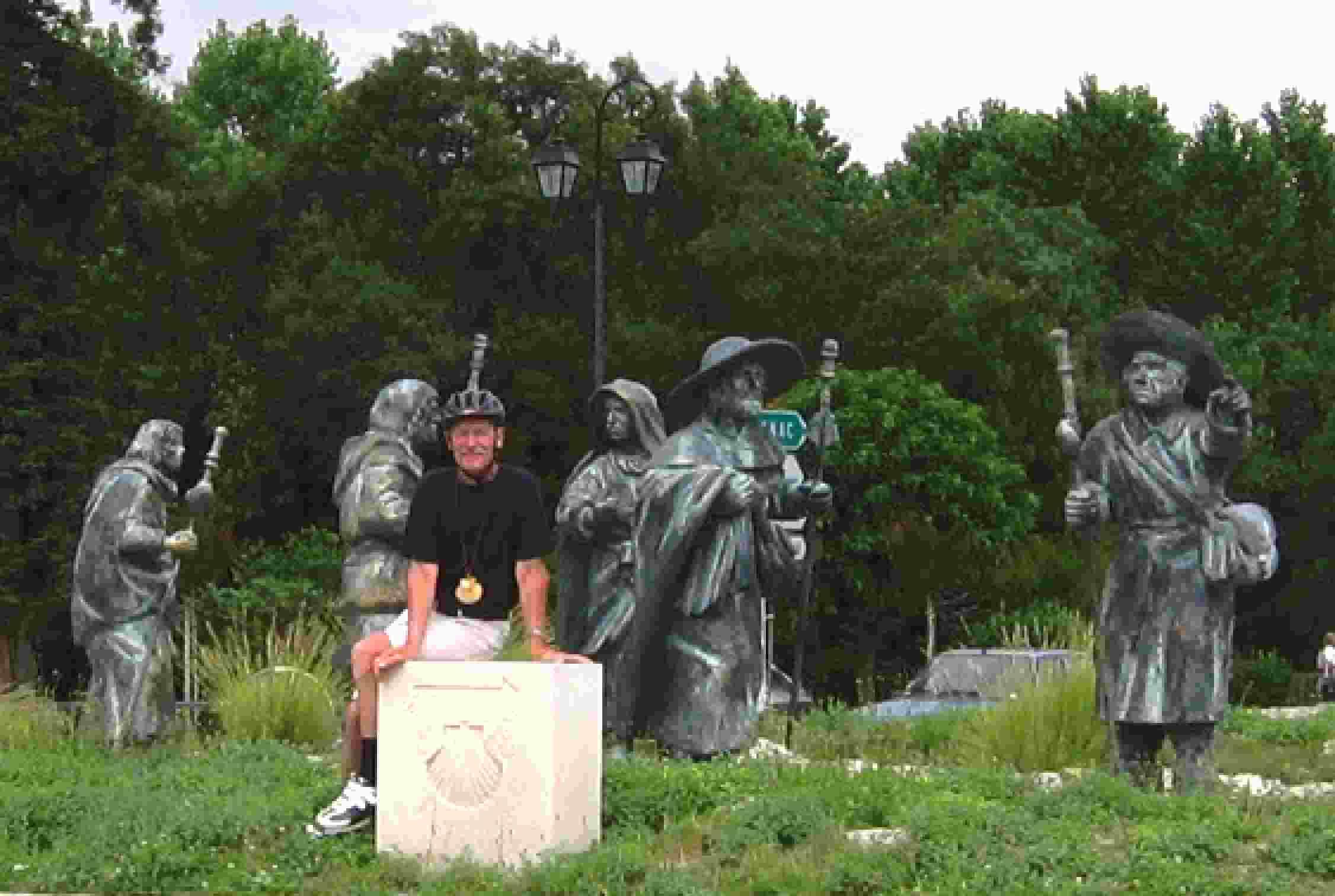 eine Pilgergruppe in Bronze
