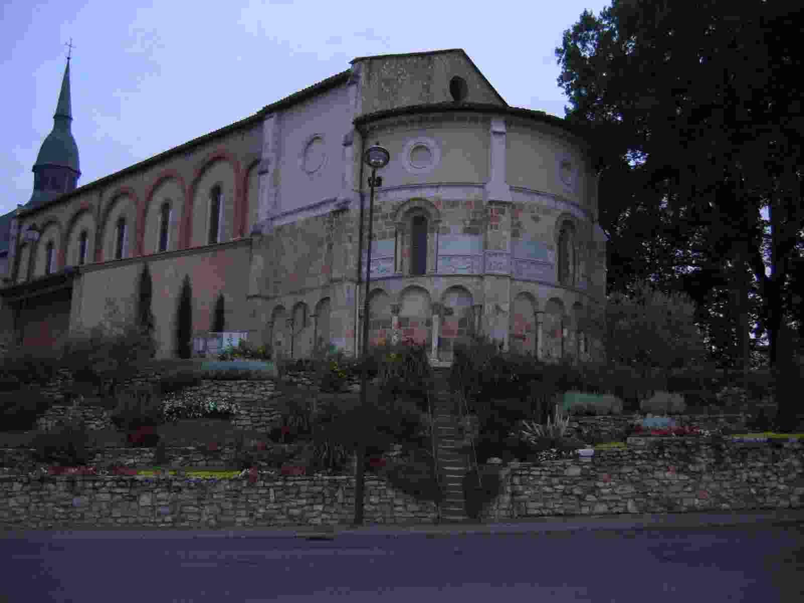 die romanische Apsis der Kirche in St Paul les Dax