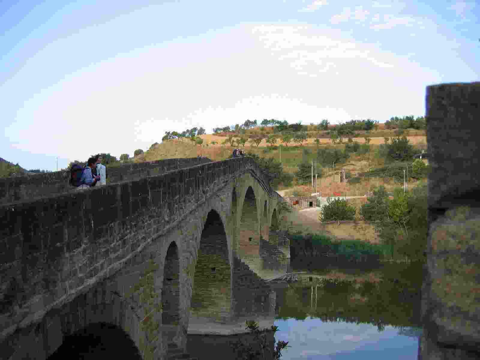 Foto: die Königinnen - Brücke Puente la Reina (Brücke der Königin).
