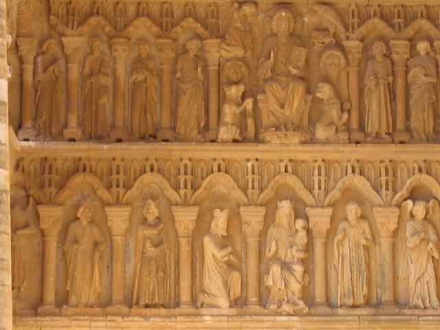 Foto: das Relief über dem Portal zeigt Christus als Richter oben und die Ankunft der Könige, unten