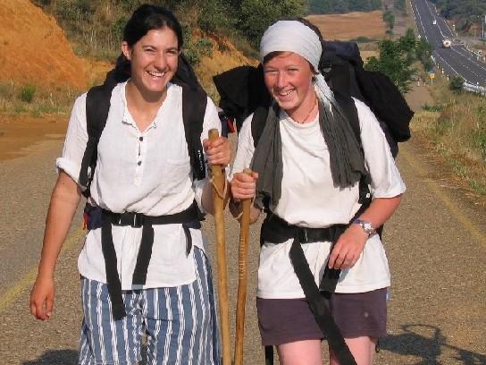 die junge Frau aus Nantes mit ihrer Freundin links; wer kennt eine der beiden?