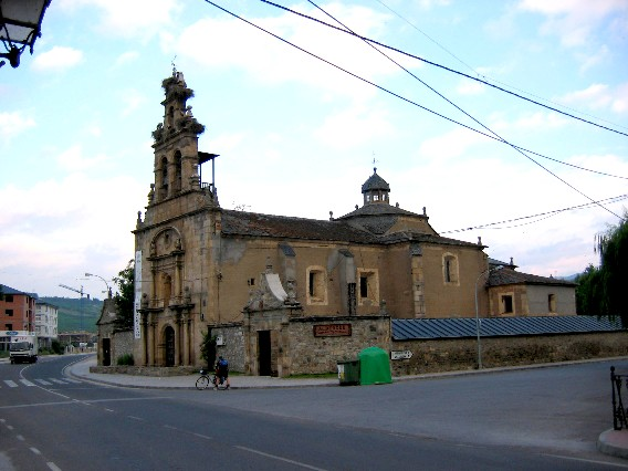 Cacabelos, Die Herberge liegt rund um die Kirche
