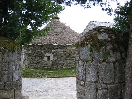 massive gedrungene Steinhäuser aus Granit