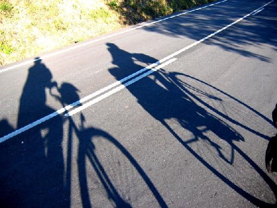 auf dem Weg nach Westen, vor uns unsere Schatten