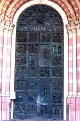 Ein Domportal in Bronze