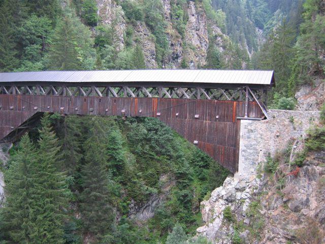 eine alte Holzbrücke unterwegs