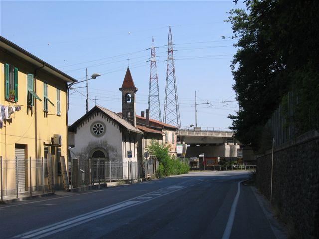 kleine Kapelle und Überlandleitung