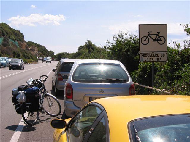 Radfahrer sollen hier hintereinander fahren!
